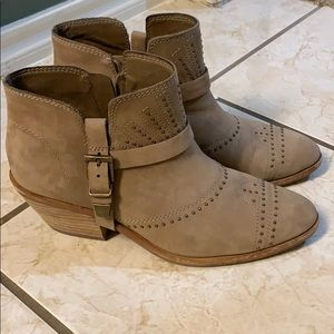 Vince Camuto bootie size 7.5